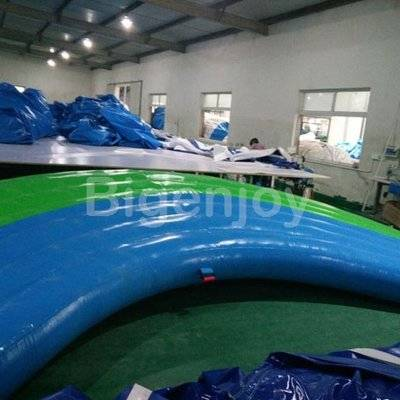 Inflatable floating curved mat